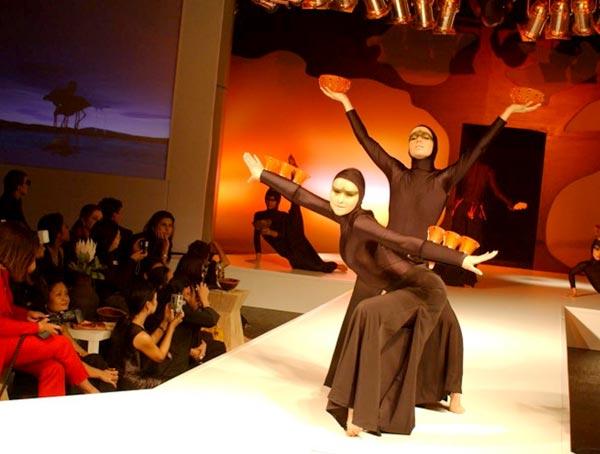 """Show-Präsentation """"Out of Africa"""" Schalen, Teelichter, Bilderrahmen wurden kunstvoll in Kostüme eingearbeitet"""