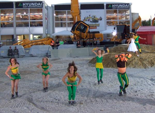 Tanzkostüme und Artistenkostüme für die Messeshow auf der BAUMA