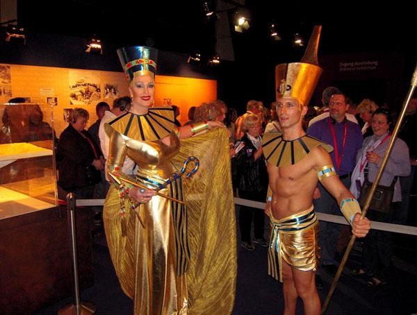 Das Kostüm wurde für Gloria Gray und Emiliano delle Nocci zur Tutanchamun-Austellung in Deutschland kreiert